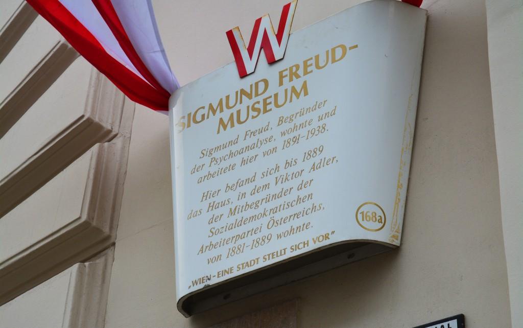 Gedenktafel am Haus Berggasse 19. Hier hatte Victor Adler seine erste Wohnstätte und seine Arztpraxis. Später verkaufte er das Haus an Sigmund Freud.