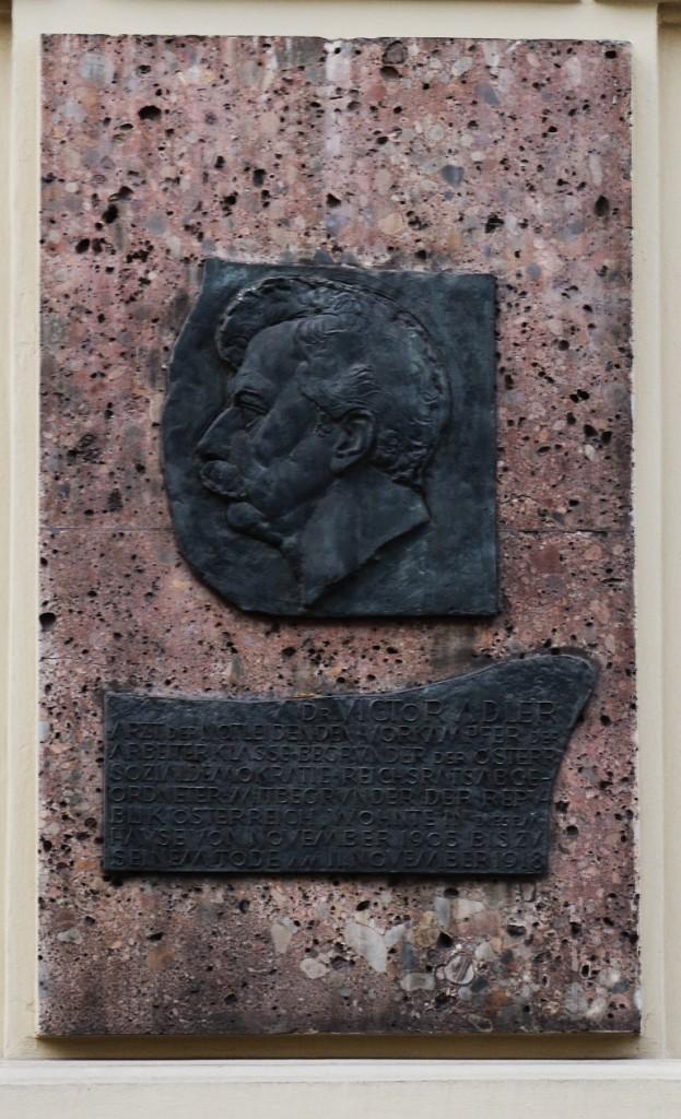 Bronzerelief in der Gumpendorferstraße